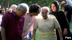 شاپور قریب (نفر دوم از راست) روز ۱۶خرداد در تهران درگذشت.