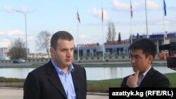 """Шота Утиашвили """"Азаттыктын"""" кабарчысы Жанар Акаевдин суроолоруна жооп берүүдө. Тбилиси, 28-апрель."""