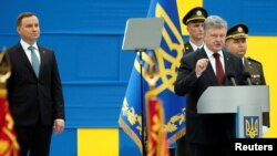 Президент Украины Петр Порошенко выступает на военном параде в Киеве.