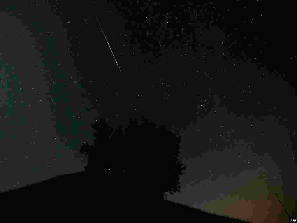 НАСА из-за нехватки средств не может отслеживать в космосе все астероиды, представляющие угрозу для Земли. На фото: метеоритный дождь над Швейцарией