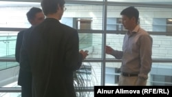 Нурлан Жагипаров, исполнительный директор Казкоммерцбанка (справа), дает интервью журналистам. Алматы, 12 июня 2013 года.