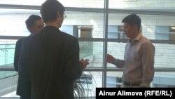 Қазкоммерцбанктің басқарушы директоры Нұрлан Жағыпаров (оң жақта) журналистерге сұхбат беріп тұр. Алматы, 12 маусым 2013 жыл.