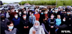 Hundreds of Uzbek citizens have been held up at the Russian-Kazakh border.