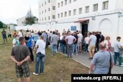 Сваякі затрыманых падчас пратэсту 9 жніўня прыйшлі да ізалятара часовага ўтрыманьня на Акрэсьціна