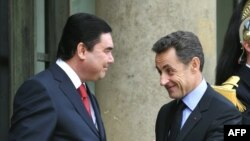 French President Nicolas Sarkozy (right) welcomes his Turkmen counterpart, Gurbanguly Berdymukhammedov, prior to a working lunch today at the Elysee Palace in Paris.
