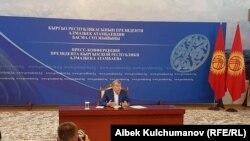 Президент Алмазбек Атамбаев Чолпон-Атадагы маалымат жыйынында. 24-июль, 2017-жыл.