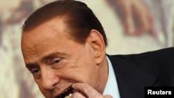 Премьер-министр Италии Сильвио Берлускони показывает свои зубы во время пресс-конференции. Рим, 9 февраля 2011 года.
