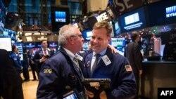 Нью-Йорктун фондулук биржасынын далдалдары акциялар 300 пунктка өскөнүнө сүйүнүшүүдө. 17-декабрь 2014