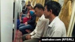 Biletsiz ýolagçylar otlynyň geçelgesinde otyrlar. Türkmenistan