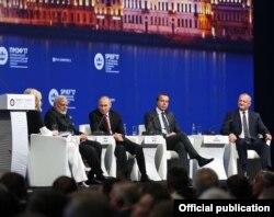 Igor Dodon pe scena Forumului, împreună cu Vladimir Putin și premierul Indiei, Narendra Modi (stânga)