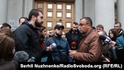 Василь Боднар (праворуч) спілкується з журналістами та мітингарями
