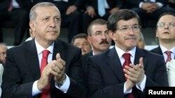Թուրքիայի նախագահ ընտրված վարչապետ Ռեջեփ Էրդողանը և ԱԳ նախարար, ներկայիս վարչապետ Ահմեթ Դավութօղլուն իշխող «Արդարություն և զարգացում» կուսակցության արտահերթ համագումարում, 27-ը օգոստոսի, 2014թ․