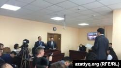 Адвокаты Ерлан Газымжанов и Аманжол Мухамедьяров во время судебного процесса в Нур-Султане. 5 февраля 2020 года.