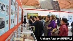 Выставка в Центральном государственном музее, посвященная юбилеям восьми казахских писателей. Алматы, 1 марта 2017 года.