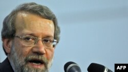 رئيس مجلس شوراى اسلامى از آمريكا انتقاد كرده اگر به دنبال مسير تحريم بوده است چرا «دو دولت مهم برزيل و تركيه را دچار تمسخر» كرده است.