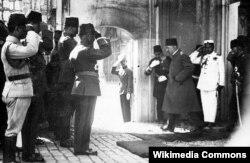 Osmanlının sonuncu sultanı Mehmet Vahdettin Dolmabahçe Sarayını tərk edir. 1922