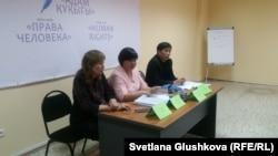 Учитель Зайра Спаина (слева), учитель Марзия Базарбекова и директор общественного объединения «Камкорлык» Евгений Цай. Астана, 1 июня 2017 года.