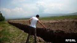 Кыргыз-өзбек чек арасын көп жерде азыр Өзбекстан өз алдынча казып алган ушундай аң бөлүп турат.