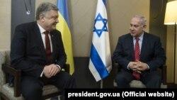 Президент Петро Порошенко (ліворуч) та ізраїльський прем'єр-міністр Беньямін Нетаньягу під час зустрічі в Давосі на Всесвітньому економічному форумі. 24 січня 2018 року