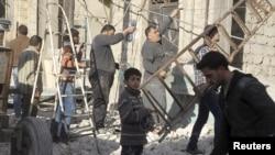 Після удару сирійської чи російської авіації по утримуваній опозицією околиці міста Алеппо на півночі Сирії, 18 лютого 2016 року