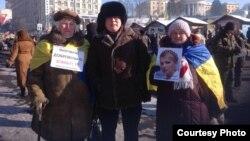 """Активист Жанболат Мамай с участницами демонстраций на """"Евромайдане"""". Киев, 2 февраля 2014 года."""
