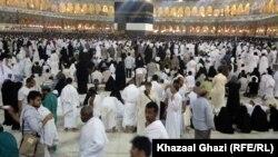 Мусульмане во время хаджа в Мекку. 24 октября 2012 года.