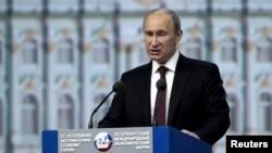 Владимир Путин выступает на открытии экономического форума в Петербурге