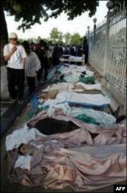 Тела жертв столкновения между правительственными войсками и демонстрантами на центральной площади в узбекском городе Андижан. 14 мая 2005 года.