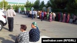 """""""Berkararlyk"""" etrabynyň pasport edarasynyň öňündäki nobat, Aşgabat, 30-njy iýul, 2013."""