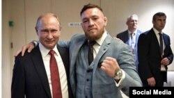 Президент России Владимир Путин обнимает бойца Конора Макгрегора