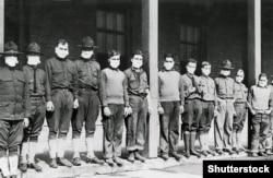 Медичні працівники у масках під час пандемії іспанського грипу («іспанки») в лікарні армії США, у штаті Нью-Йорк, 19 листопада 1918 року
