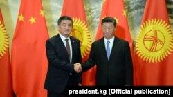 Кыргызстандын президенти Сооронбай Жээнбеков менен Кытайдын төрагасы Си Цзинпин. Бээжин. 6-июнь 2018-жыл.