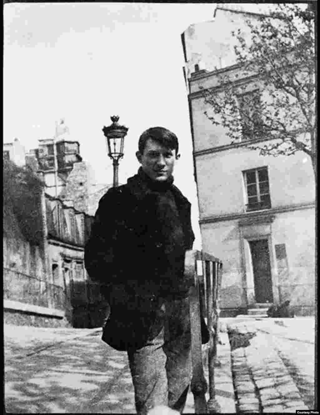 Picasso în 1904 în Place Ravignan, Paris (Foto: Fondation Beyeler Press Service).