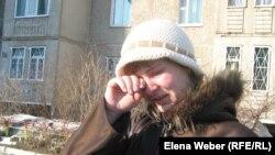 Очевидец события, Наталья, плачет у дома, где произошло чрезвычайное происшествие. Темиртау, 31 марта 2011 года.
