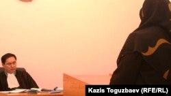 Жена узбекского беженца-мусульманина дает показания в суде. Алматы, 13 декабря 2010 года.