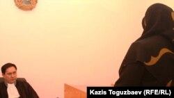 Өзбек босқынының зайыбы сотта куәлік етіп тұр. Алматы, 13 желтоқсан 2010 жыл.