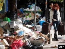 Мусорщики в Афинах бастуют уже вторую неделю
