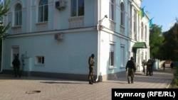 Қырым татарлары Меджлисі ғимараты жанында тұрған қарулы адамдар. Симферополь, 16 қыркүйек 2014 жыл.