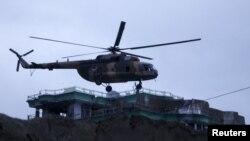 Вертоліт десантує спецпризначенців на дах будівлі, де оточені нападники, Мазар-і-Шаріф, 4 січня 2016 року