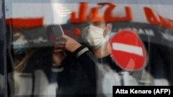 Mladić nosi zaštitnu masku