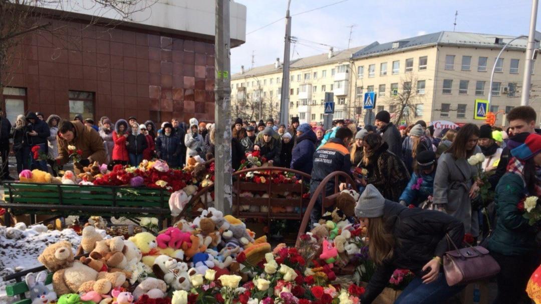 Картинки по запросу Жители Кемерова несут цветы и свечи к сгоревшему торговому центру