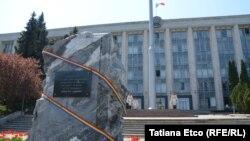 Piatra Comemorativă în memoria victimelor ocupației sovietice și ale regimului totalitar comunist