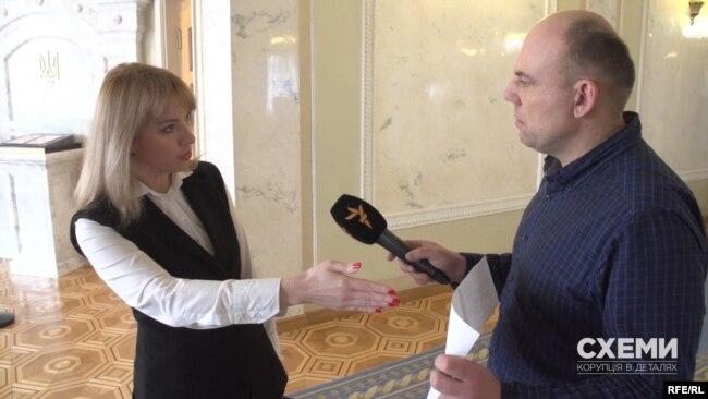 Олена Шуляк у розмові з журналістами підкреслила, що свій диппаспорт так і не отримала