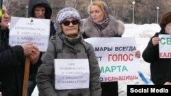 Людмила Кузьмина (в центре)
