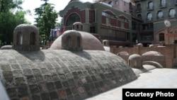 Абанотубани – одно из наиболее типичных мест в столице, где восточная архитектура легко уживается с европейской