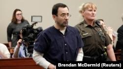 Larry Nassar ascultînd sentința tribunalului la 23 ianuarie