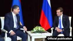 Армения мен Ресейдің премьер-министрлері Тигран Саргсян (сол жақта) мен Дмитрий Медведев. Минск, 31 мамыр 2013 жыл.