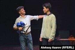 Новелла «Скрипач не нужен». Отец (Дмитрий Копылов), решивший определить сына в секцию бокса, и сын (Искандер Мухаметкасым), мечтающий стать музыкантом.