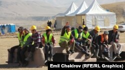Рабочие Верхненарынского каскада ГЭС на перерыве, 16 октября 2014 года