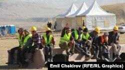 Жоғарғы Нарын су электр станциясы құрылысы басында отырған жұмысшылар. 16 қазан 2014 жыл.